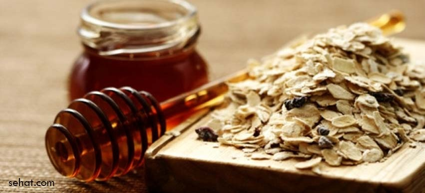 Homemade Oatmeal Honey Scrub For Glowing Skin